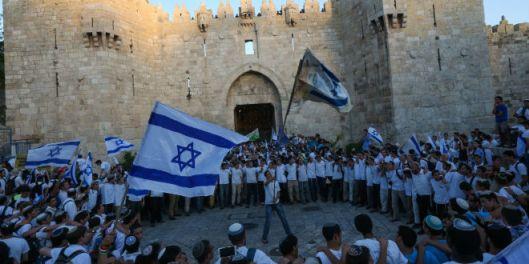 Israel Vlaggen bij de Damascuspoort van Jeruzalem op Jeruzalemdag