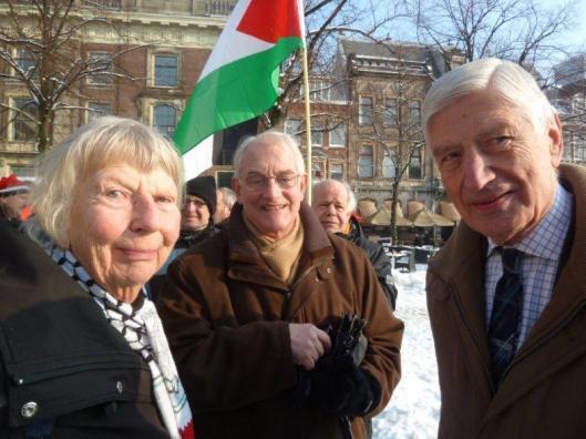 """Jan Wijenberg (midden) met Margriet Teders van """"Vrouwen in het Zwart"""" die rouwdiensten houden omwille van de slachtoffers die de Joden maken en natuurlijk rechts de bekende """"anti-Zionist"""" Dries van Agt"""