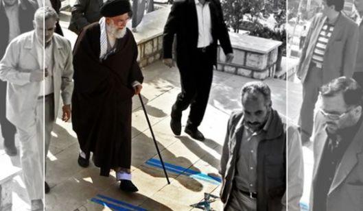 Khamenei himself treedt de Israëlische vlag met voeten. Iran kent jaarlijks een speciale haat-Israël-dag (A-Quds-dag) en een speciale haat-Amerika-dag