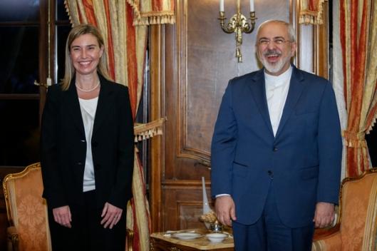 """Mogherini met de vertegenwoordiger van het messianistisch-apokalyptisch-theocratische regime dat ze via de """"Iran-deal"""" zojuist op weg heeft geholpen naar de atoombom: lachûh!"""