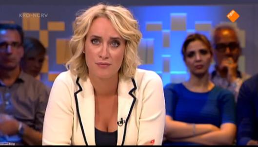 Eva Jinek op het moment dat ze het meest aangedaan is door het aandoenlijke verhaal van de aangedane Andries Knevel