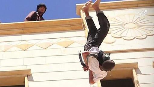 Kinderen kijken eerst toe hoe IS-beulen homo's van dak gooien en nemen daarna deel aan steniging