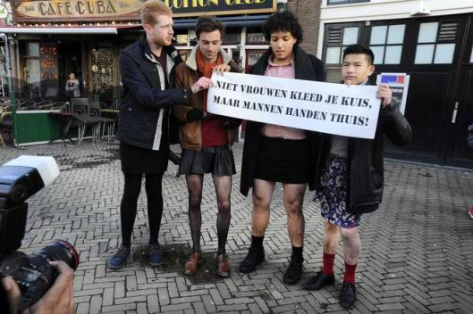 """Parool 16 januari 2016: """"Enkele tientallen mannen hebben zaterdag in de binnenstad van Amsterdam in rokjes gedemonstreerd tegen seksueel geweld tegen vrouwen. 'Een ludieke actie, maar wel voor een serieus probleem', zegt Bart van Bruggen, één van de organisatoren."""""""