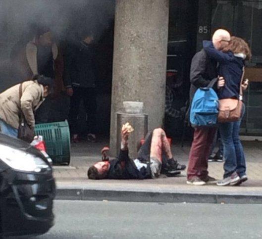 BRUSSEL AANSLAG gewonde jongen op stoep