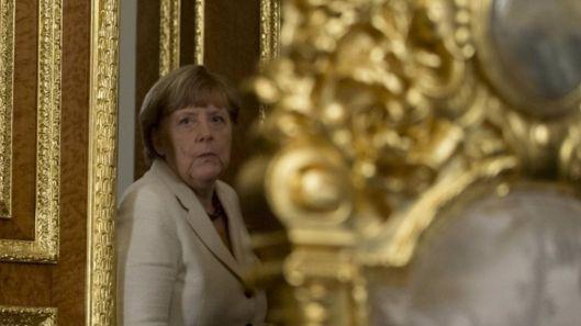 Frau Mutti Merkel wordt in de tekst hieronder niet genoemd maar moest in dit verband ook even geframed worden. Prachtig dat gestichtskapsel omlijst door het goud van Erdogan! Ze lijkt helemaal klaar voor grof misbruik!