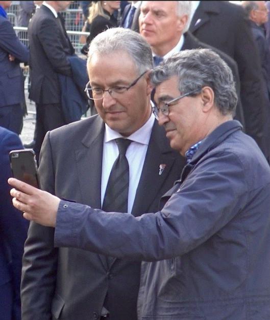 Aboutaleb gaat met een bwondferaar op een selfie na afloop van zijn speech op de Dam bij de Dodenherdenking 4 mei 2016
