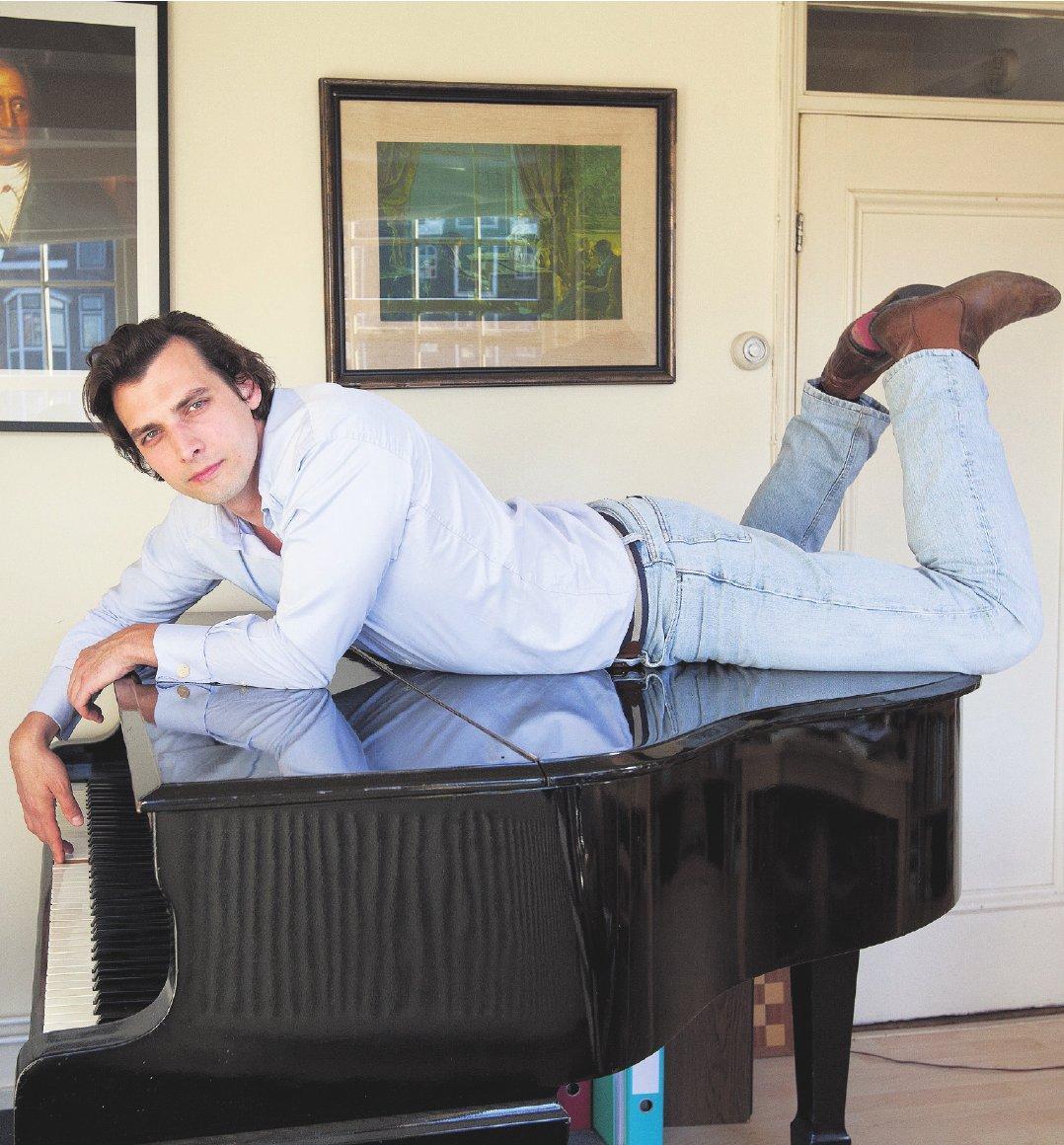 baudet-op-piano.jpg