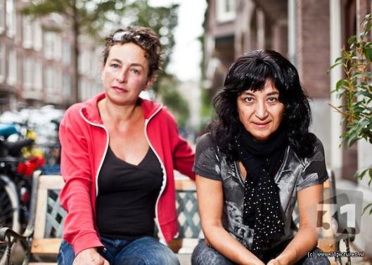 """Maria Mok en Meral Uslu, twee bijzondere programmamaaksters die een bijzonder portret van een bijzondere vrouw hebben gemaakt waarin nóg een paar bijzonder vrouwen optreden, namelijk diplomatieke """"powerhouses"""""""