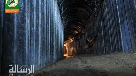 """Eén van de grote gebetonneerde tunnels die werden gegraven nà het einde van Operation Protective Edge en die onlangs ontdekt werden door Egyptische soldaten. Het bericht van het bestaan van dergelijke grote tunnels raakte pas op vrijdag 11 maart 2016 bekend. Sommige van deze tunnels zijn wel 3 kilometers lang en zijn zo groot dat er zelfs vrachtwagens door kunnen rijden[!] De tunnels werden geëlektrificeerd en voorzien van verluchtingsinstallaties. Het is onbekend hoeveel Westerse """"hulpgoederen"""" hiervoor werden opgebruikt maar het gaat wellicht om duizenden tonnen cement e.a. bouwmaterialen. [beeldbron: website van Hamas]"""