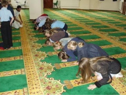Blonde meisjes krijgen onderwerpingsles in de moskee
