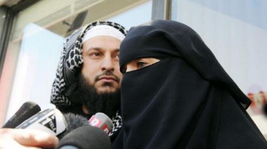 Veelwijvende baardaap met niqaabslaaf