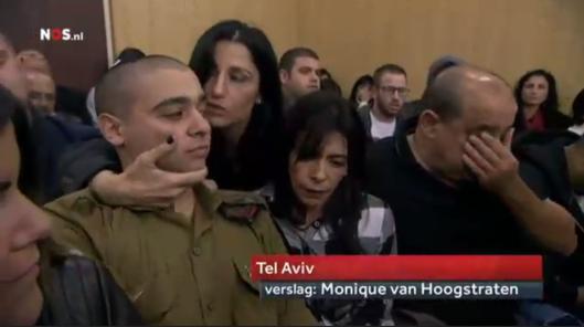 Elor Azaria wordt voorafgaande aan de uitspraak geknuffeld door zijn familie