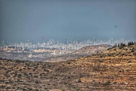 """Uitzicht vanaf Samaria-Judea (""""de Westbank"""") op Tel Aviv: zo smal en dus moeilijk verdedigbaar is Israël"""