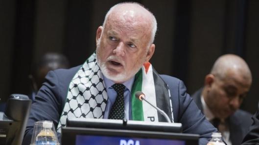 """Vorige maand droeg de Voorzitter van de Algemene Vergadering van de VN, Peter Thomson, de beroemde geruite sjaal, de keffiyah, het symbool van het """"Palestijnse verzet"""" (lees: terrorisme). Dit is gewoon de voortzetting van de culturele vernietiging van Israël, die geacht wordt om daarnaast ook de fysieke vernietiging te rechtvaardigen. (Afbeeldingsbron: UN/Manuel Elias)"""