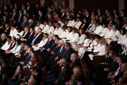 Democraten bleven zitten en weigerden te applaudiseren voor welke uitspraak van Trump dan ook.